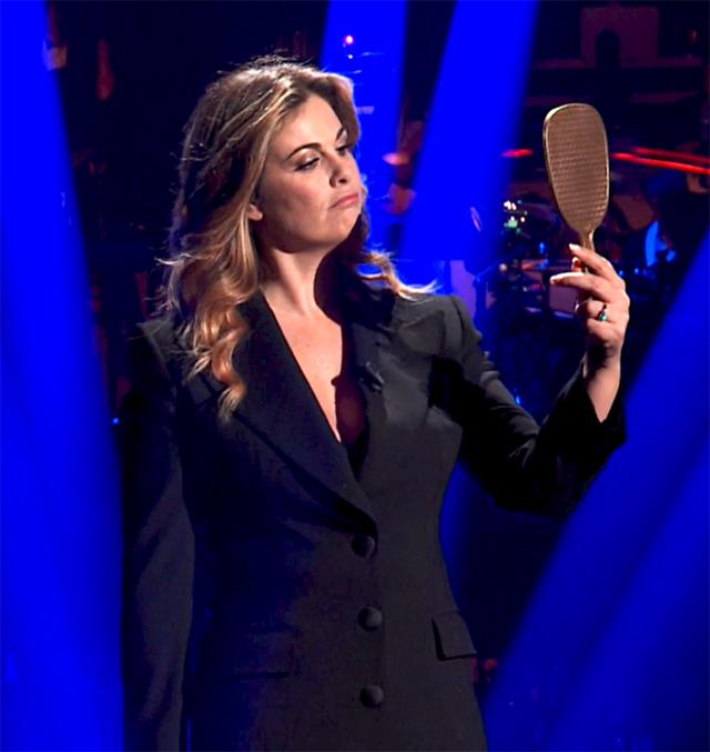 Vanessa Incontrada, 41 anni, con uno specchio in mano durante il monologo sulla perfezione