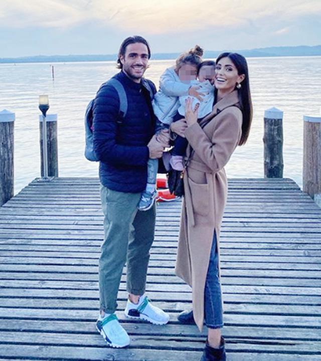 Alessandro e Federica con le loro due bimbe Sofia e Beatrice in una recente foto scattata sul Lago di Garda