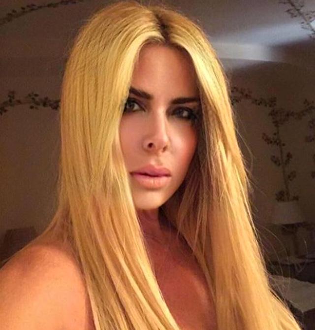 Loredana Lecciso, 47 anni, per ora non si è espressa pubblicamente come ha fatto invece praticamente tutto il resto della famiglia