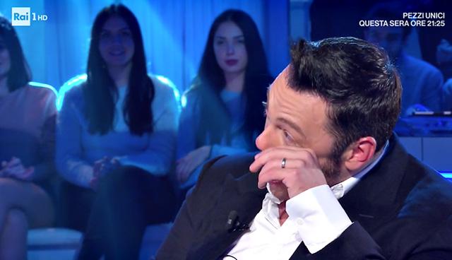 Tiziano Ferro in lacrime in tv: si commuove raccontando la proposta di nozze del marito