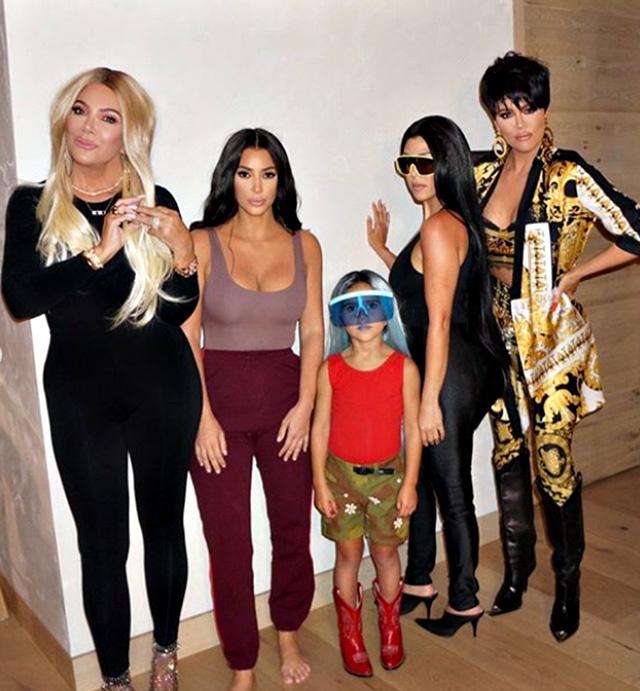 La famiglia Kardashian durante l'ultimo episodio dello show di questa stagione