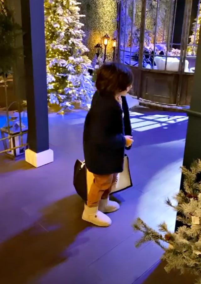 Belen, shopping natalizio insieme a Santiago che ha un look super fashion