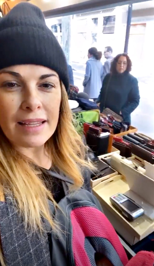 Vanessa Incontrada a Barcellona lavora alla bancarella del padre