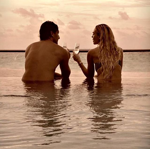 Francesco Totti, 43 anni, e Ilary Blasi, 38, in uno scatto molto romantico alle Maldive