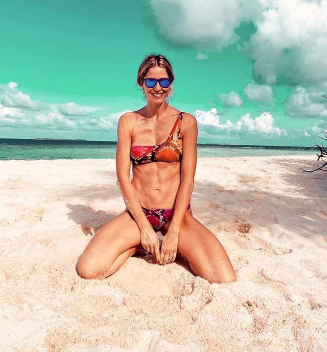 Elena Santarelli, 38 anni, in bikini alle Maldive sfoggia un fisco davvero tonico e asciutto