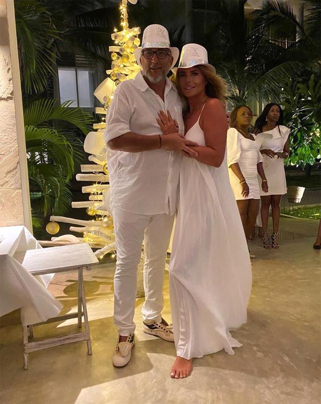 Paola Perego, 53 anni, in bianco al party di Capodanno del Billionaire di Malindi con Lucio Presta, 59
