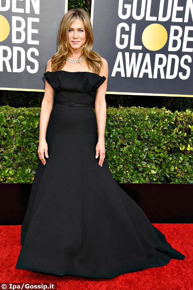 Jennifer Aniston, 50 anni, in nero ai Golden Globes 2020