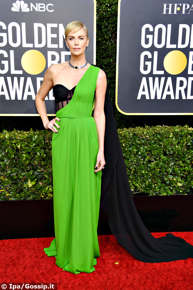 Charlize Theron, 44 anni, spicca in verde
