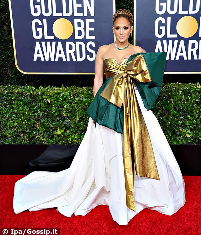 Jennifer Lopez, 50 anni, con un vestito giudicato da qualcuno ''eccessivo''