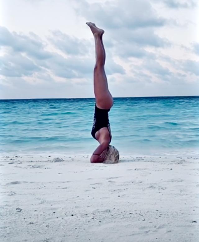 Ilary Blasi, yoga alle Maldive prima di partire: fa la verticale in spiaggia