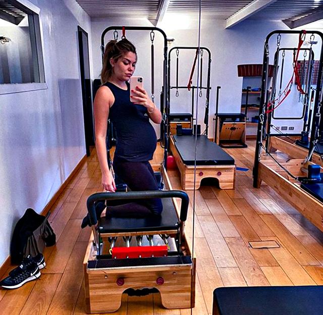 Costanza Caracciolo, 29 anni, al settimo mese di gravidanza fa pilates per mantenersi in forma e aiutare anche la salute della piccola che porta in grembo