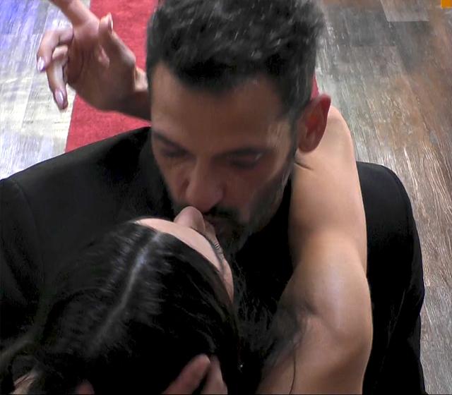 Serena Enardu, 44 anni, e Pago, 48, si scambiano un bacio sulla bocca prima di salutarsi