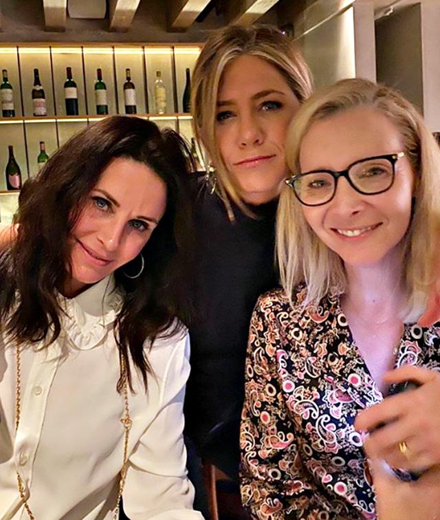 Jennifer Aniston, 50 anni, insieme alle amiche e colleghe di 'Friends' Courteney Cox, 55, e Lisa Kudrow, 56