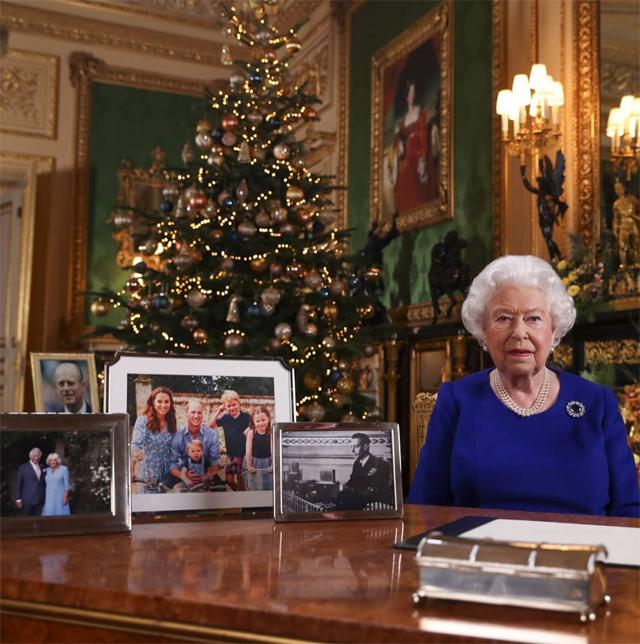 La Regina Elisabetta poche settimane fa era apparsa in tv per il discorso di Natale senza la foto di Harry e Meghan sulla sua scrivania, segno che qualcosa si era già rotto...