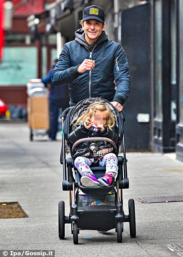 Bradley Cooper, 45 anni, a passeggio per New York con la figlia Lea De Seine, 2