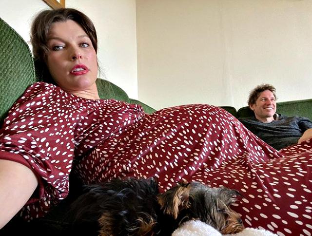 Milla Jovovich incinta: pancione esplosivo nelle ultime settimane della terza gravidanza