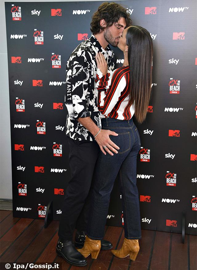 Alla conferena la coppia si è scambiata anche un bacio sulla bocca davanti ai flash