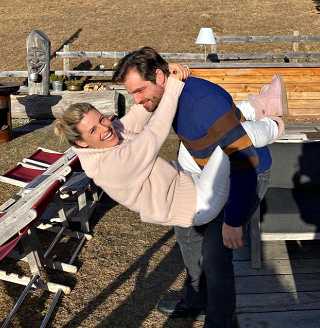 Michelle Hunziker, compleanno in montagna con Tomaso e gli amici: un mare di rose per i 43 anni