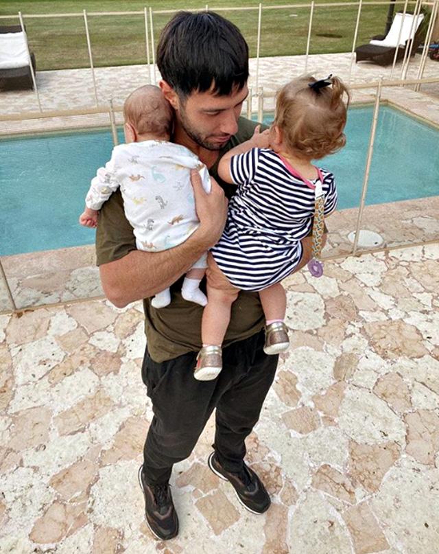 Jwan insieme ai figli Lucia, 1 anno, e Renn, 4 mesi, che ha insieme a Ricky Martin