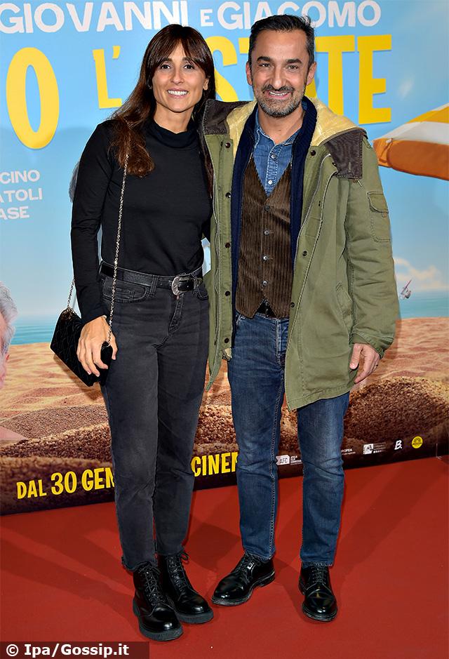 Nicola Savino, 52 anni, con la moglie Manuela Suma sul red carpet della premiere milanese di 'Odio l'estate', il nuovo film di Aldo, Giovanni e Giacomo