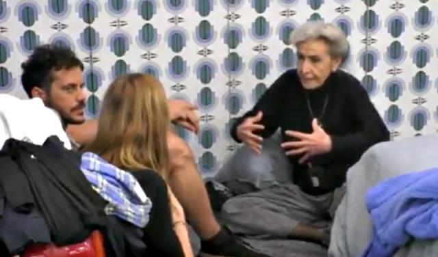 Barbara Alberti, 76 anni, mima la fisicità di Wanda Nara, 33, che a suo dire è un 'mostro' perchè sproporzionata visto che è ''1 metro e 50'' ma ha l'ottava misura di seno