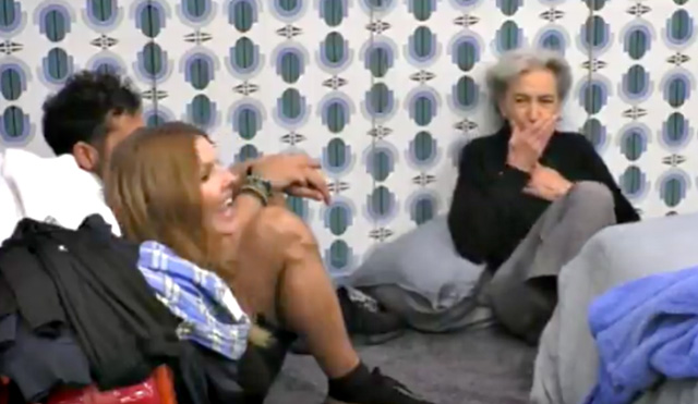 Quando Barbara Alberti realizza di aver pronunciato quella frase davanti alle telecamere e con il microfono accesso, si porta la mano davanti alla bocca, indietreggia e si imbarazza
