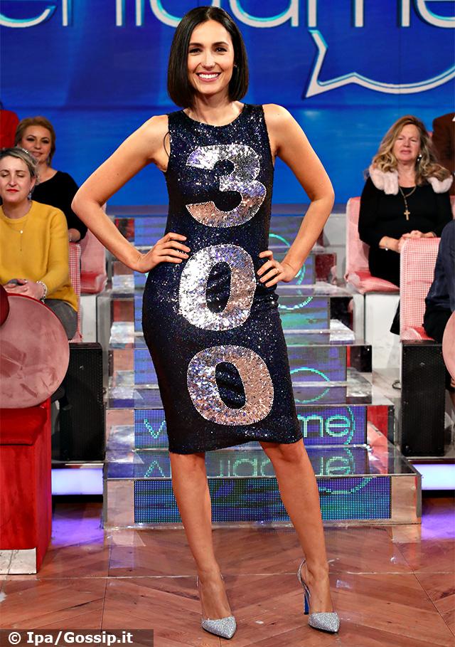 Caterina Balivo, 39 anni, ha festeggiato le prime 300 puntate del programma 'Vieni da me' con un abito personalizzato per l'occasione