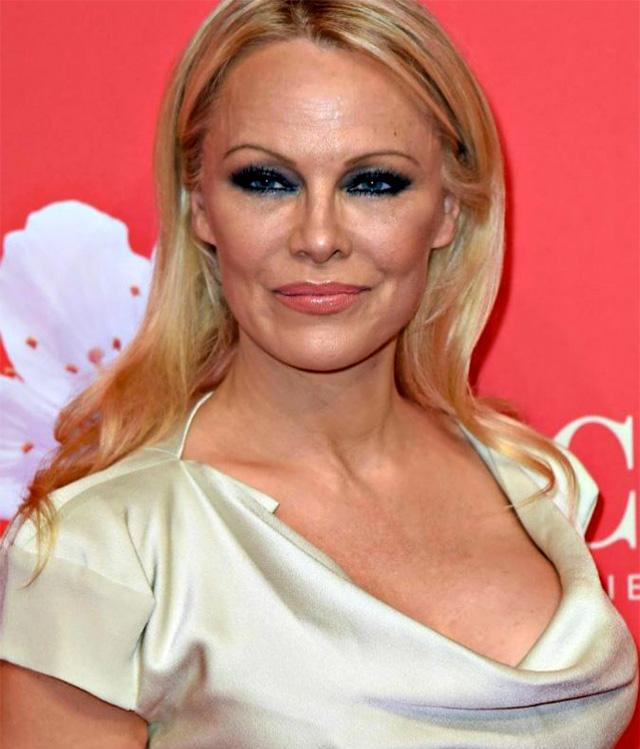 Pamela Anderson, 52 anni, ha deciso di mettere in pausa il matrimonio con Jon Peters ad appena 12 giorni dalla cerimonia di nozze che si è svolta a Malibu