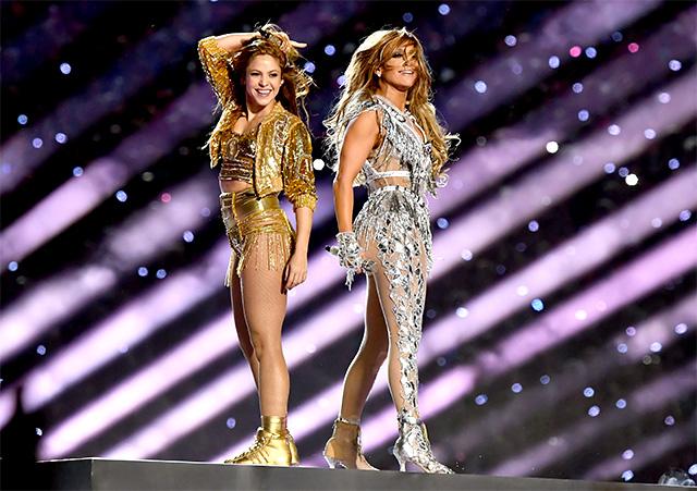 Jennifer Lopez e Shakira, 43 anni, durante il Super Bowl