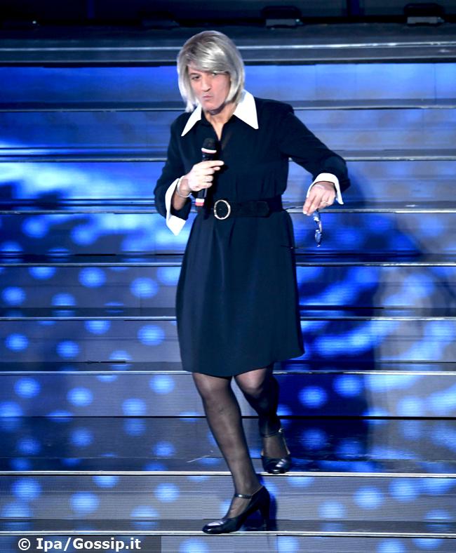 Fiorello si traveste da Maria De Filippi a Sanremo 2020 e lei lo chiama in diretta tv