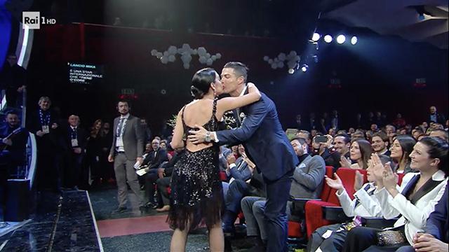 Georgina Rodriguez a Sanremo 2020: Cristiano Ronaldo applaude in prima fila e scatta il bacio