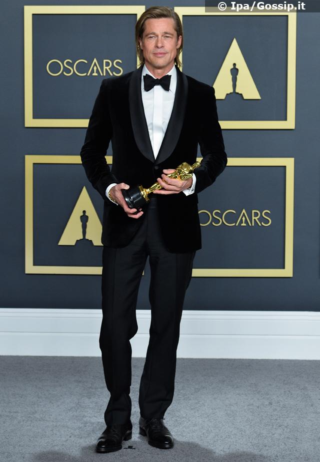 Brad Pitt, 56 anni, posa con il suo primo Oscar