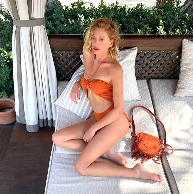 Alessia Marcuzzi, 47 anni, in trikini a Dubai