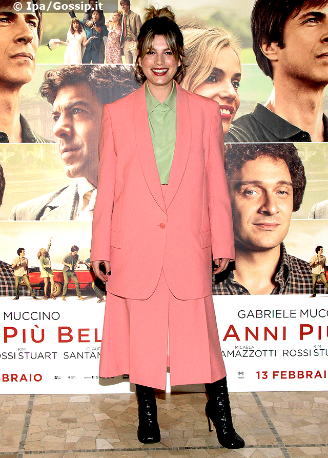 Emma Marrone, 35 anni, ha scelto un completo rosa e una camicetta verde per il photocall milanese de 'Gli Anni Pi