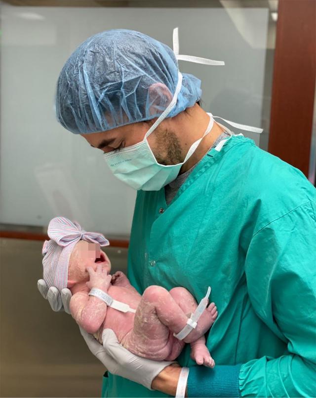 Enrique Iglesias, 44 anni, con la neonata in braccio