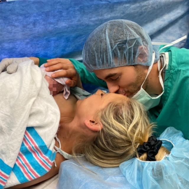 La tenerissima foto in cui Enrique bacia sulla fronte la compagna Anna Kournikova, 38 anni, dopo il parto