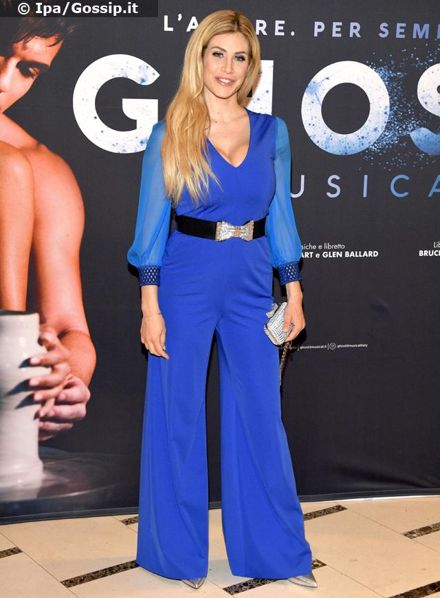 Paola Caruso, 35 anni, con un vestito pantalone blu alla prima milanese di 'Ghost': con il coloratissimo jumpsuit non passa inosservata