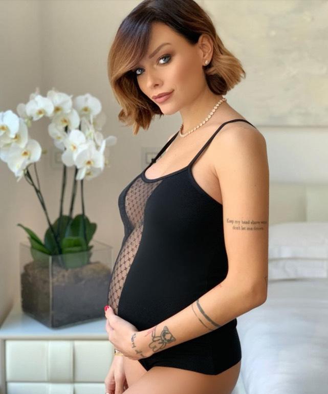 Silvia Provvedi, pancione sensuale in intimo: avrà una bambina