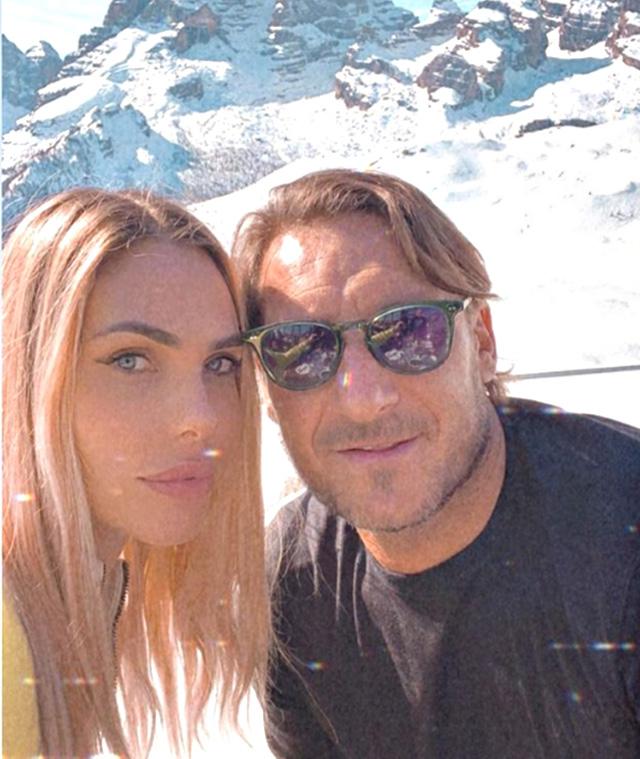 Ilary Blasi e Francesco Totti, vacanza a Madonna di Campiglio assediati dai paparazzi