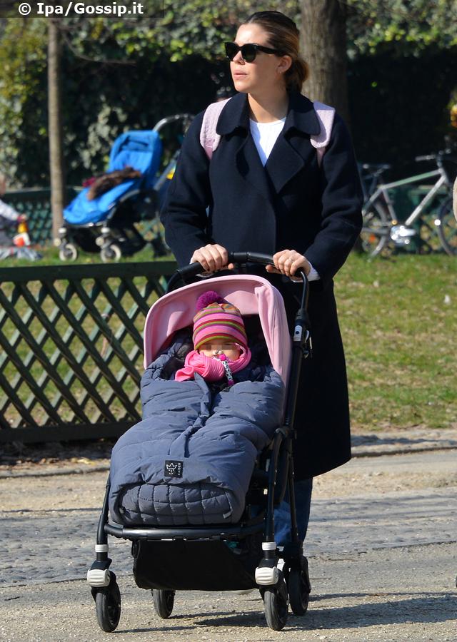 Costanza Caracciolo, 30 anni, in giro per Milano con la figlia Stella quasi al nono mese di gravidanza