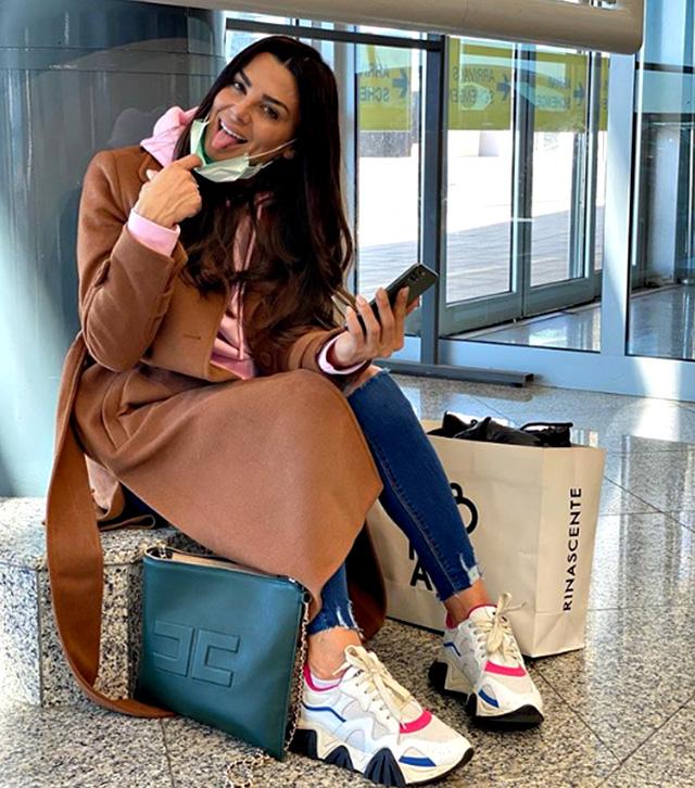 Serena Enardu con la mascherina in aeroporto per paura del Coronavirus, ma...