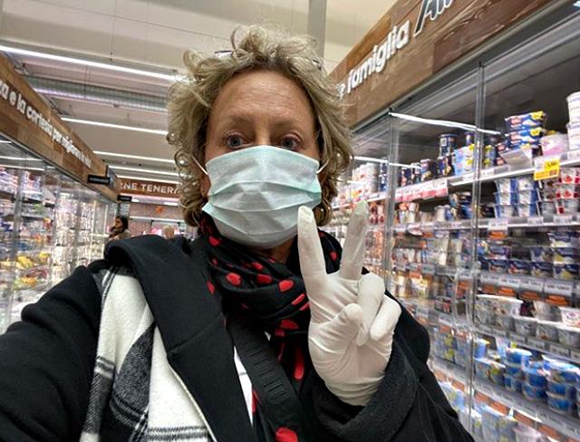 Carolyn Smith, 59 anni, con guanti e mascherina al supermercato a Padova