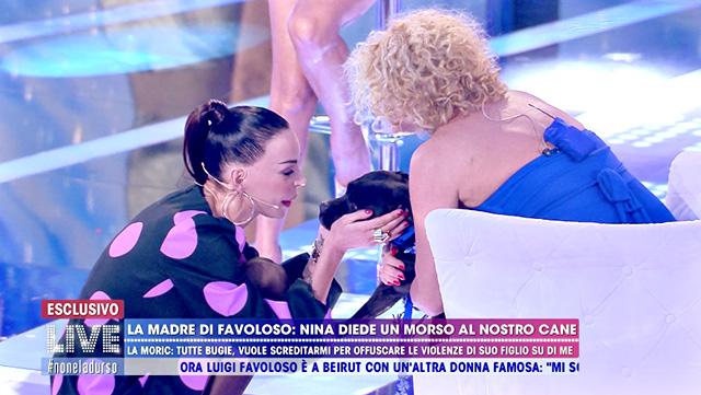 Nina Moric, la madre di Favoloso accusa: 'Hai morso il nostro cane'. Il confronto in tv con il quattro zampe