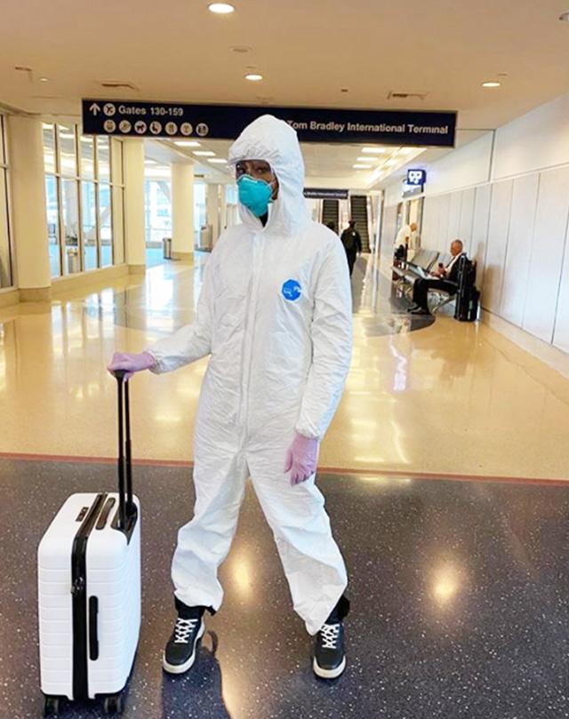 Naomi Campbell, 49 anni, con il kit anti-coronavirus per viaggiare in aereo: tuta, occhiali, mascherina e guanti