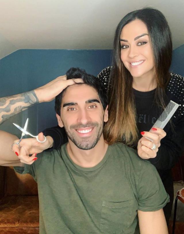 Giorgia Palmas, 38 anni, si trasforma in barbiere e taglia i capelli in casa al promesso sposo Filippo Magnini, 38, durante la quarantena