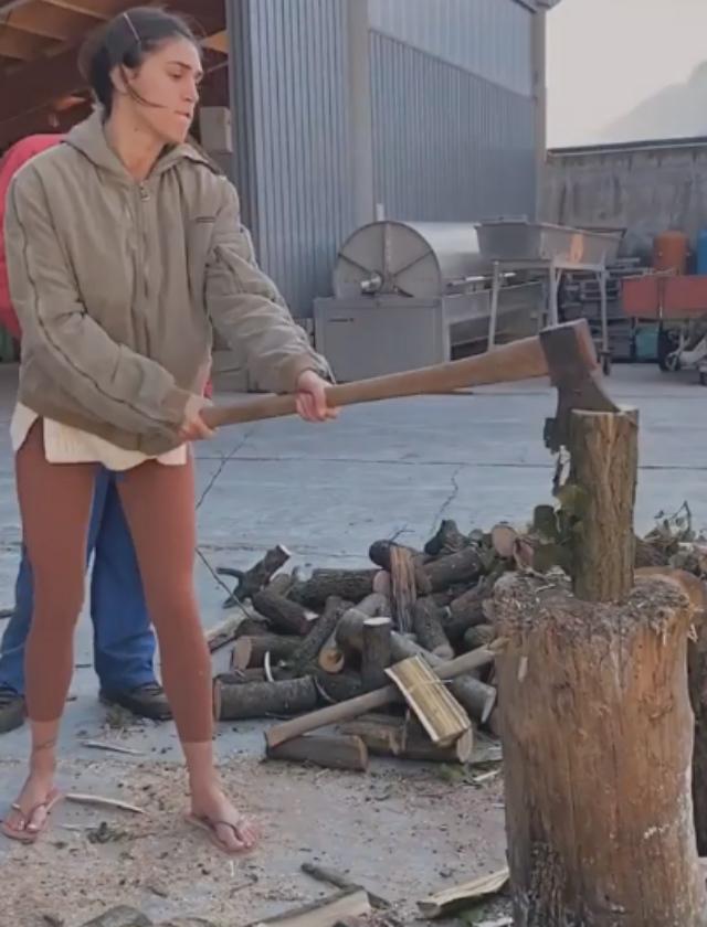 Cecilia Rodriguez, 30 anni, diventa taglialegna durante la permanenza nella tenuta dei suoceri in Trentino