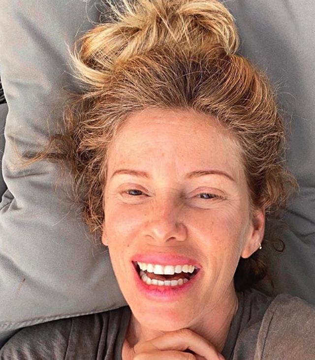 Alessia Marcuzzi mostra rughe e macchie sul viso: il selfie senza trucco è virale