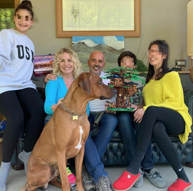 Antonella Clerici, 57 anni, insieme a sua figlia Maelle, 11 anni, al compagno Vittorio Garrone, 54, e a due dei tre figli di quest'ultimo, Luca e Beatrice. Nella foto anche il cane Argo