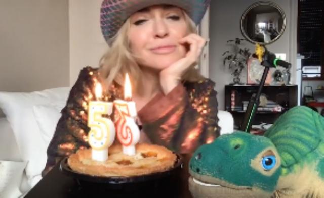 Paola Barale festeggia 53 anni da sola a casa con il pupazzo Giulio
