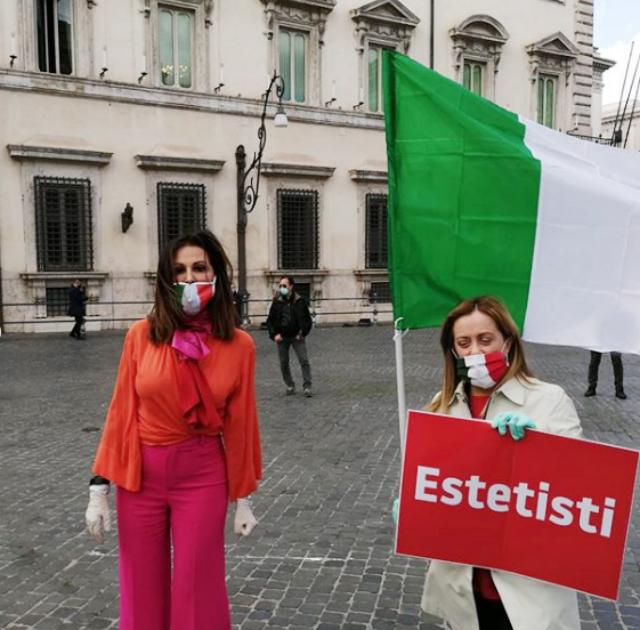 Daniela Santanché, 59 anni, manifesta con la compagna di partito Giorgia Meloni per la riapertura dei centri estetici, nonostante continuino a morire centinaia di italiani al giorno